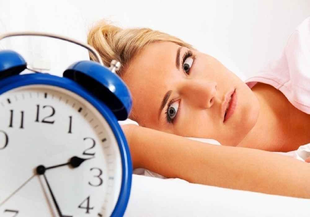 خوردن شام سنگین می تواند یکی از علل بیخوابی باشد