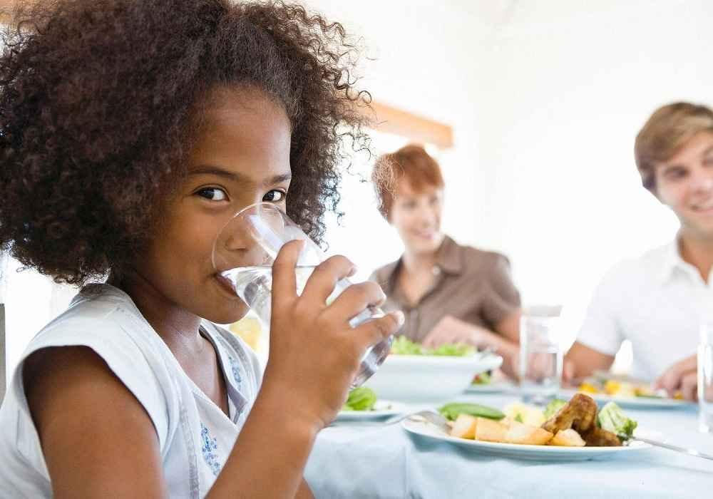 نوشیدن آب بین غذا باعث شکستن قطعات بزرگ غذا می شود وحرکت غذا ازسمت مری به معده را تسهیل میکند