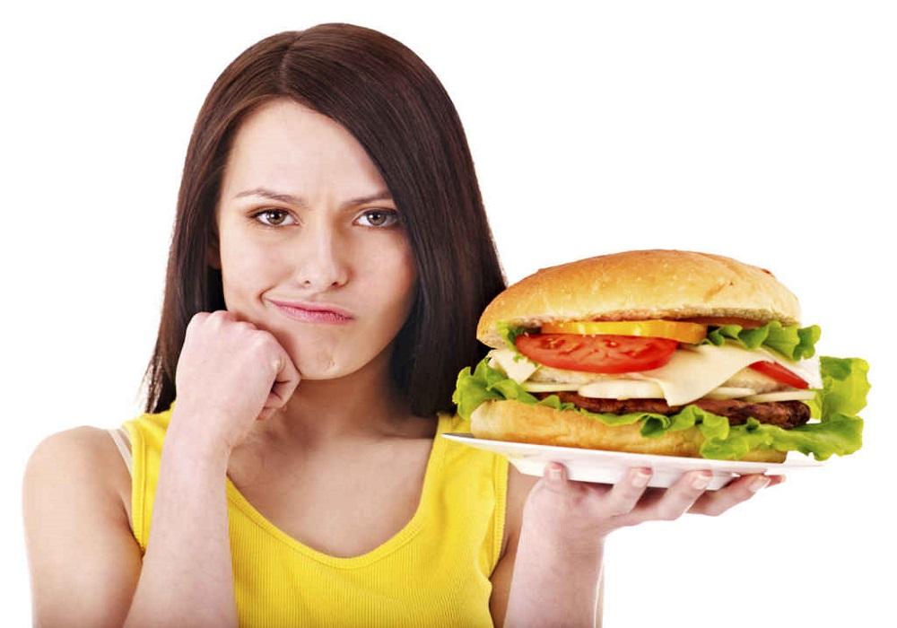 پرهیز از خوردن غذاهای چرب وفست فودها به کاهش وزن کمک میکند