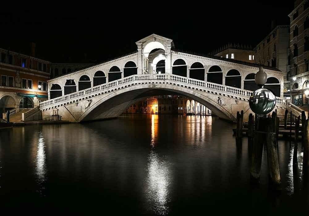 این پل را بدین جهت به این نام میخوانند که در گذشته معاملات در آنجا انجام می شد