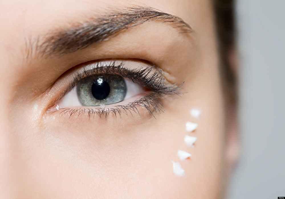 استفاده از کرم مرطوب کننده برای دورچشم مانع از چروک وپیرشدن پوست اطراف چشم میشود
