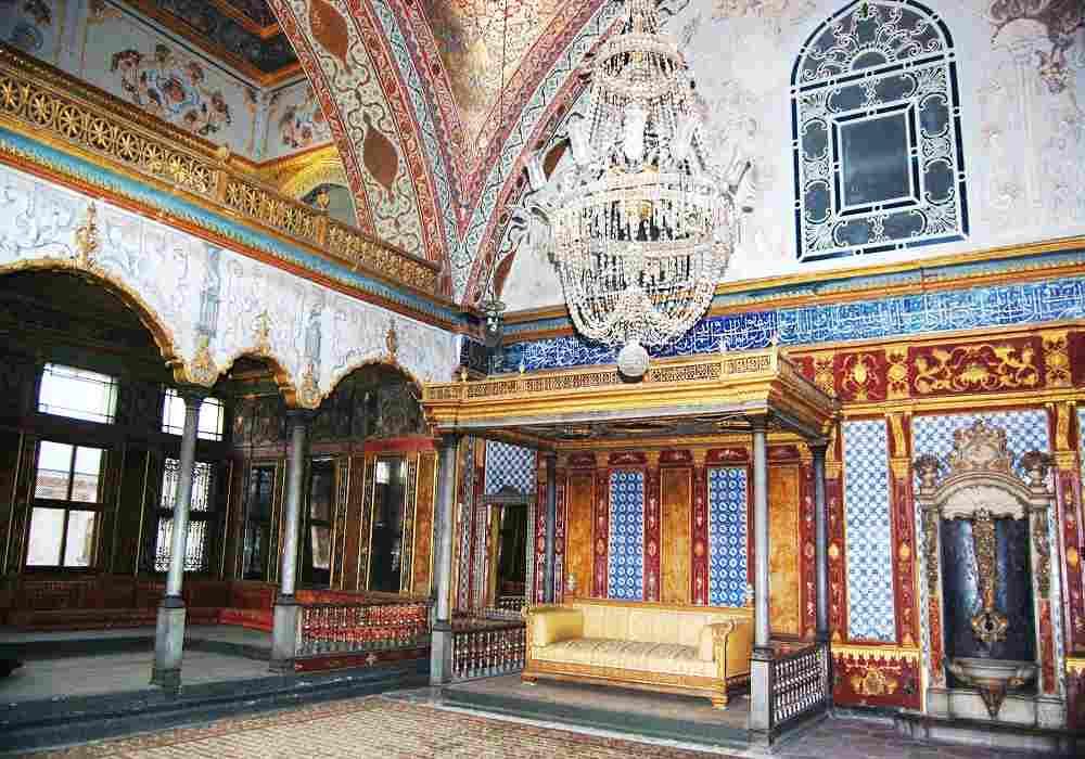 معماری کاخ دلمه ترکیبی از طراحی عربی واروپایی است