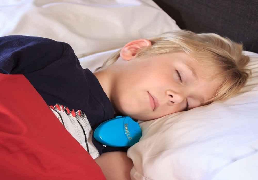 شب ادراری در کودک ممکن است به دلیل مشکلات هورمونی - کوچک بودن مثانه یا عفونت بروز کند